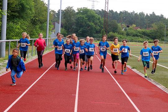 geballte DJK Power...unsere jungen Nachwuchsläufer stimmen sich auf die 800 Meter ein :-)))