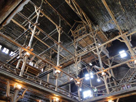 Halle des Old Faithful Inn - tolle Konstruktion  (Yellowstone N.P.)