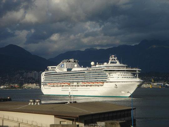 """Kreuzfahrtsschiff """"Sapphire Princess"""" bei der Ausfahrt aus dem Hafen von Vancouver"""