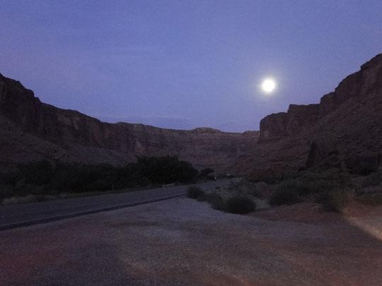 Colorado-River View Road im Mondlicht (06.15 Uhr, lichttechnisch etwas aufgepeppt)