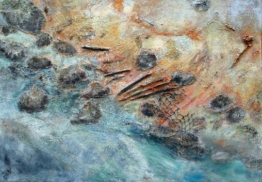 Elbstrand, 11/2007 _____ 70x100 Acryl, Papier, Sand, Bimsmörtel, Schwarze Lava, Marmor, Bambus, Fischernetz, Rose auf Leinwand