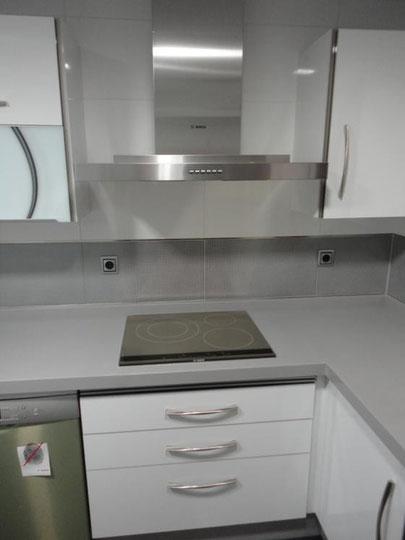 Cocina blanca y gris martos cocinas jaen for Cocinas jaen fabrica