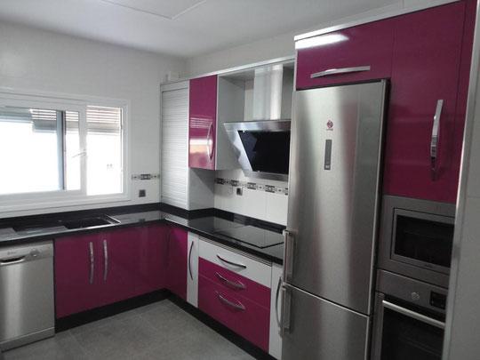 Cocina fucsia y gris perla cocinas jaen - Cocinas rosa fucsia ...