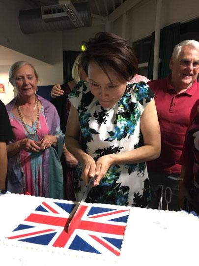 Faye attaque le gâteau