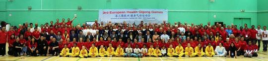 La photo de Famille de ces 3ème Jeux Européens de QI Gong Pour la Santé à Londres Hatfield