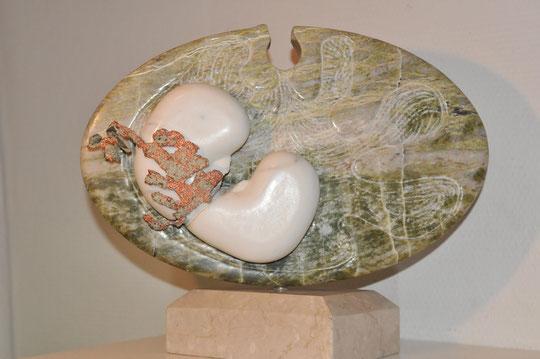 Serpentine - Marbre blanc de Carrare - Cuivre natif orientable sur socle marbre beige