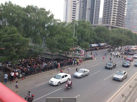 バス停の中ではかなり大きめの「八王坟東」。ラッシュ時は人だらけ・・・。