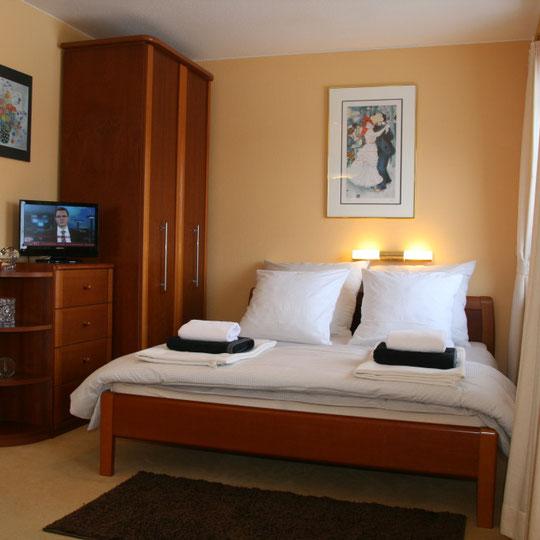 Gemütliches Bett 1,60 m x 2,00 m mit LCD TV mit DVD