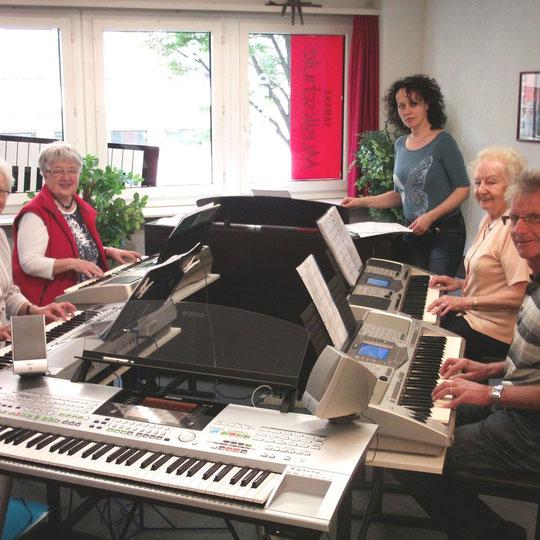 Senioren Plausch Gruppe. Zusammen zählen sie volle 313 Jahre Lebens Erfahrung(ohne Lehrerin)