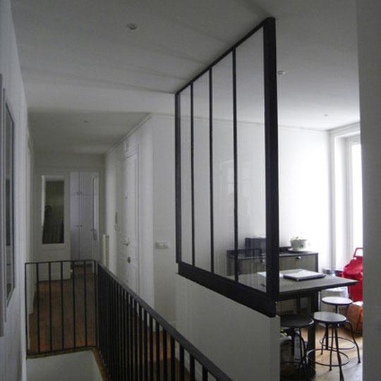 """la vitre """"atelier"""" de la cuisine apporte de la lumière dans l'épaisseur du plan"""