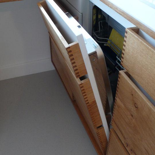 hinter schubladen versteckte Spülmaschine