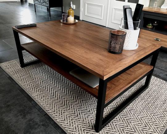 table basse design en verre et laiton