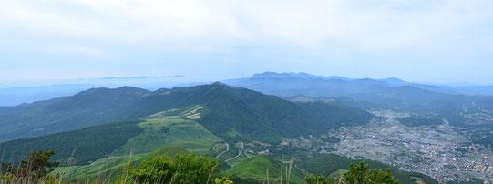 途中休憩して登山口方面と由布院温泉地を。遠方に九重連山が見える。