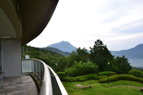 宿泊した保養施設のベランダから由布岳を確認する