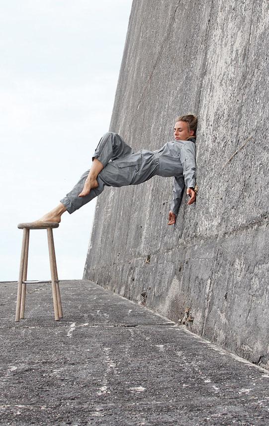Veruschka Bohn an die Wand gelehnt auf einem Barstuhl Performance Kunst, professional Artist / Foto: Christian Graupner. Inspired by Pörx and other Kreuzberger Kneipen. Tantric Dance Performance Artist with Chair. Barstool Dance. Barchair dance.
