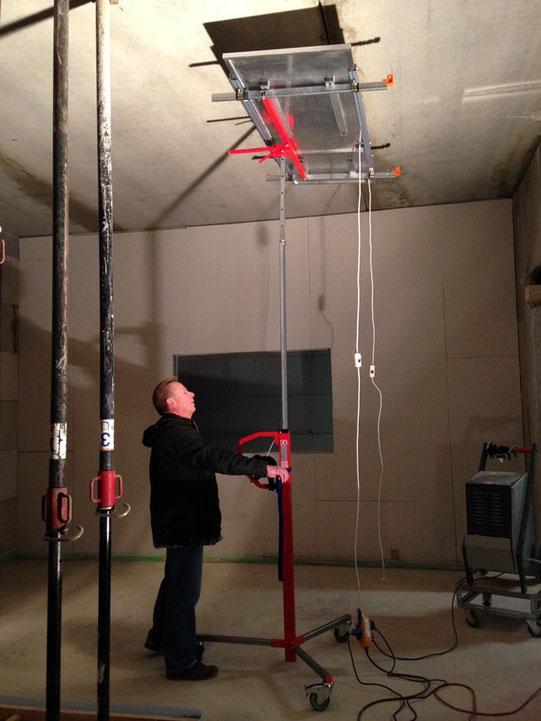 Mobiler Lift für Deckentrocknung im Neubau mit Infrarotheizplatten