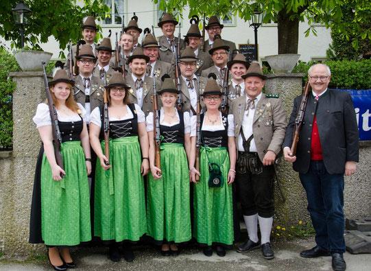 Ein Großteil der Salutschützen mit Schützenkamerad Bürgermeister Herbert Hofauer beim Graminger Brauereifest im April 2016