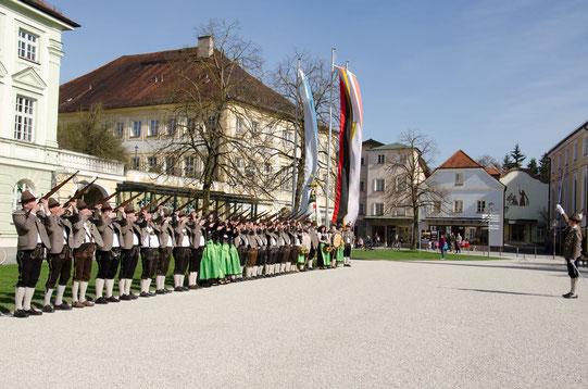 Die Traditionsabteilung beim Salut vor dem Altöttinger Rathaus im März 2017