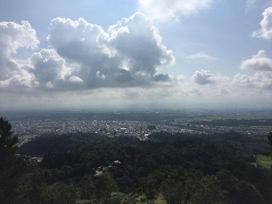 春日山城本丸からの眺め。上越市を一望しながらお酒を呑めます。
