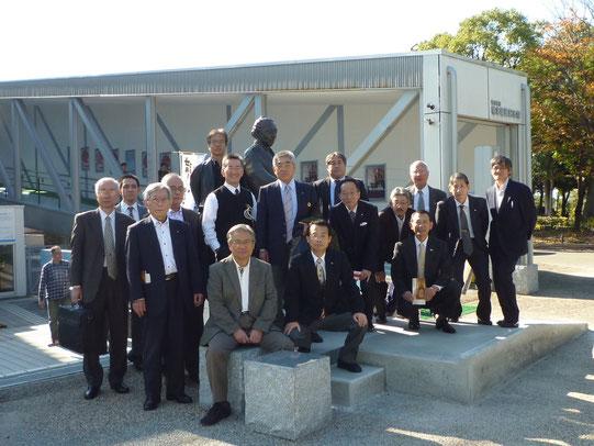 坂本龍馬記念館の前の「シェイクハンド龍馬像」の前で、森健志郎館長を囲んで記念撮影。栗本会員は館内の見学のみで帰られたので写真には写っていない。