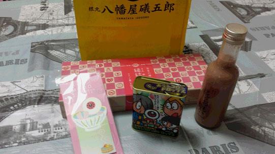 Une pluie de cadeaux pour terminer l'année: des mémos rigolos, des bonbons, des feuilletés à la fraise et une petite bouteille d'alcool japonais.