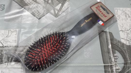 """Une brosse à cheveux en poils de sanglier """"made in France"""""""