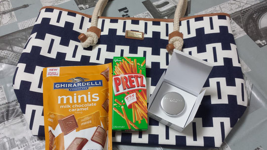 Un grand sac, des caramels américains, des gâteaux secs et un parfum solide (en crème)