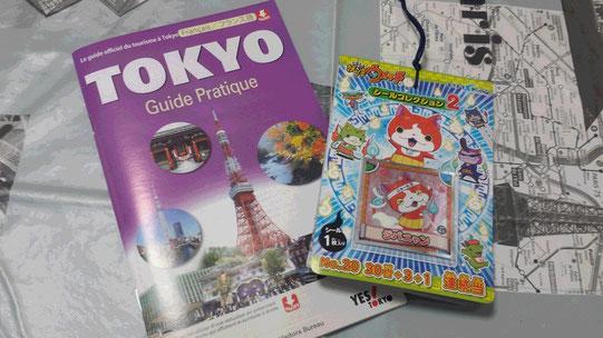Un guide touristique sur Tokyo en français et un album de stickers Youkai Watch