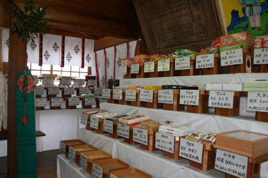 橘本神社に奉納されたたくさんのお菓子(和歌山県海南市のホームページから)
