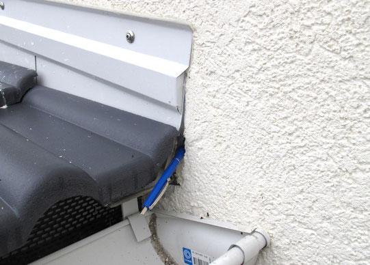 Wärmedämmun an einer Außenwand mit einem Loch im Anschluss an eine Rinne