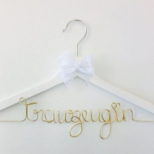 Bild: Geschenkideen für Trauzeugin und Brautjungfern, gefunden auf Partystories.de, Kleiderbügel mit Namen von Loove Match