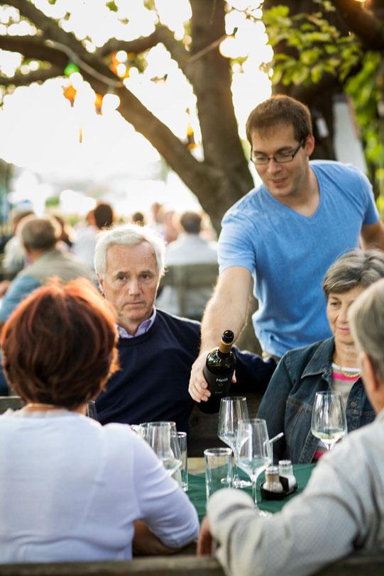 Matthias Heiß bewirtet die Gäste beim Heurigen in Engelmannsbrunn