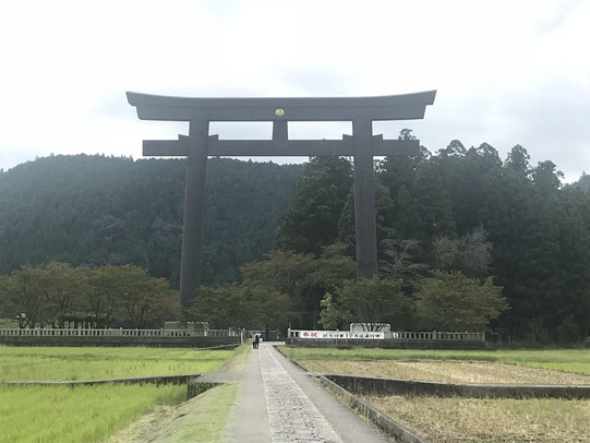 大峯奥駈75靡(なびき)の始まりは熊野本宮大社。旧社殿のある大斎原の大鳥居。