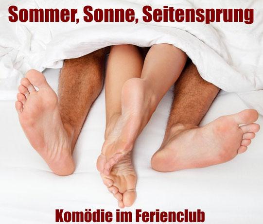 """Unte reinen Bettdecke schauen die Füße einer Frau und eines Mannes heraus. Dazu der Titel: """"Sommer, Sonne, Seitensprung"""""""