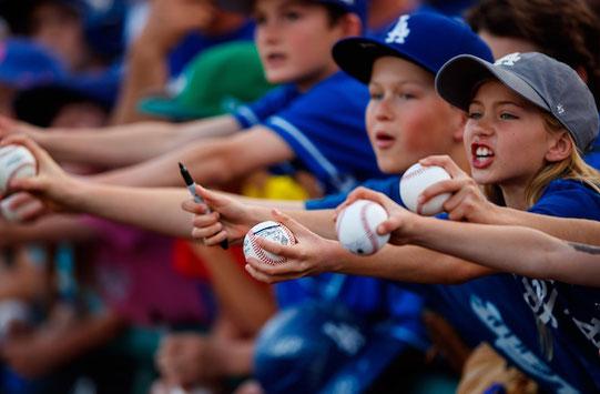 Mark J. Rebilas/USA TODAY Sports - Allo spring training MLB è stato chiesto ai giocatori di ridurre al minimo  contatti con fans ed evitare la firma di autografi
