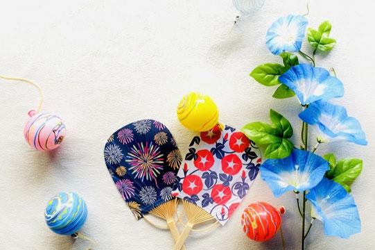 夏のビーチ。砂浜に置かれたフルーツのかご。トロピカルジュース。ハート形のストロー。