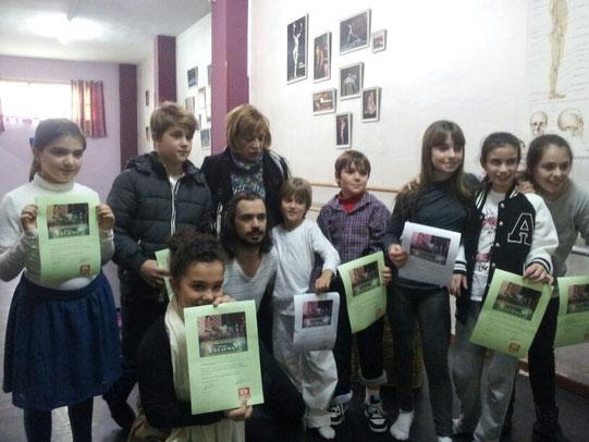 Los participantes más pequeños del curso, posando con sus diplomas, junto a Adrian Alonso, director del curso y Myriam González-Gay, directora de Dantea