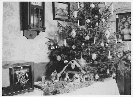 Unsere weihnachtlich geschmückte Stube (um 1950)