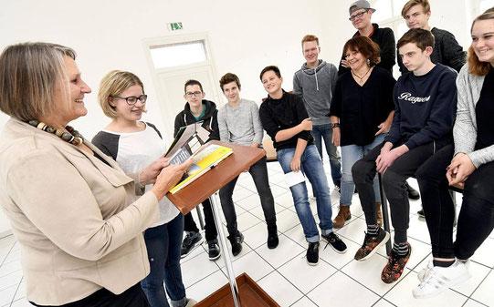 Kulturamtsleiterin Michaele Messmann und Schüler Nina Schiffer (v.l.) bei der Generalprobe im Kulturbahnhof: Sie gehen gegen das Vergessen vor. FOTO: J. Knappe