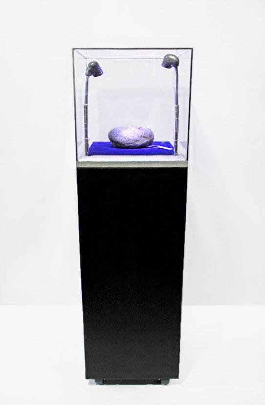 《ただの石(設置例)》2009年、2013年