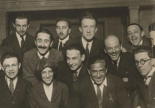 ダダの芸術家たちの集合写真。1920年パリ。左から右へ、後列、ルイ・アラゴン、セオドール・フレーエンケル、ポール・エルヤール、クレマン・パンサール、エマニュエル・フェイ、2列目、ポール・デルメ、フィリップ・スポー、ジョルジュ・リベモン=ドセーヌ 、前列、トリスタン・ターザラ、セリーヌ・アルナウド、フランシス・ピカビア、アンドレ・ブルトン