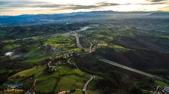 Alto de la Madera, paso sobre la Autovía Minera. (Foto de Dron Asturias)