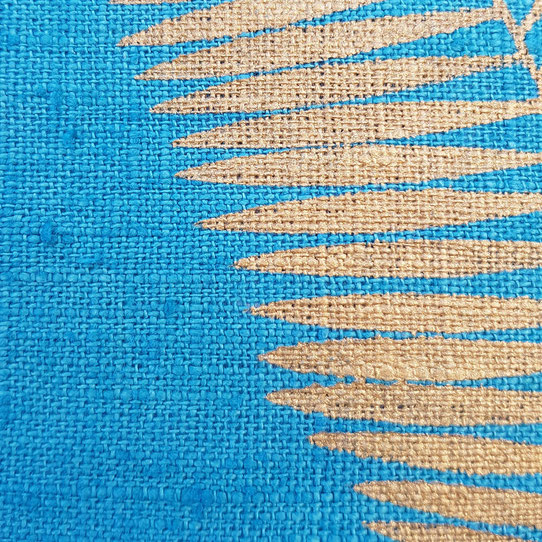 coussin en lin bleu paon pochoir doré