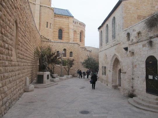 Справа на фото здание в котором находится Горница Тайной Вечери и Гробница Давида