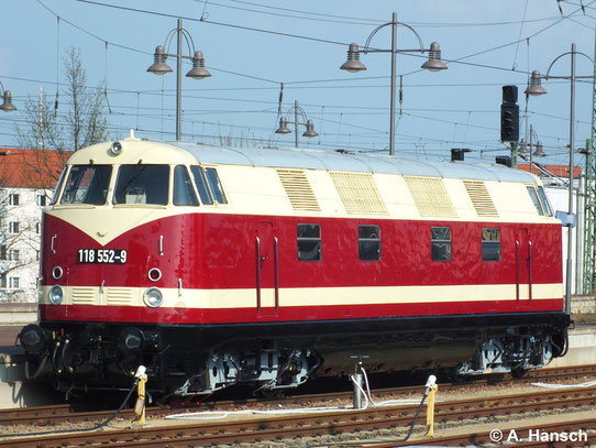 Damit ist nun wieder eine 4-achsige V180 in Originalfarben im Einsatz. Im Zuge des 6. Dresdner Dampfloktreffens ist die Lok hier am Hauptbahnhof Dresden ausgestellt