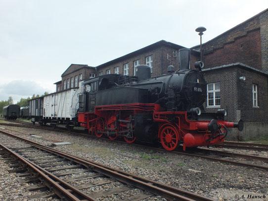 Mit einer kleinen Güterwagengarnitur ergibt sie ein schönes Fotomotiv (15. Sept. 2012, SEM Chemnitz)