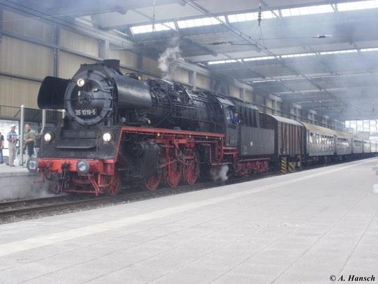Anlässlich des 21. Heizhausfestes des SEM Chemnitz fuhr am 19. August 2011 der Heizhausexpress von Chemnitz nach Dresden. Gezogen wurde der Zug von 35 1019-5 und 65.Bevor die Vorspannlok vorn angekuppelt wird, bleibt Gelegenheit für ein Bild von 35 1019-5
