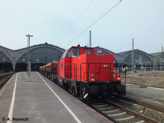In Leipzig Hbf. wird am 19. März 2014 gearbeitet: Einige Bahnsteige und die dazugehörigen Gleise werden erneuert. Dabei hilft auch 214 007-7 (LOCON 216)