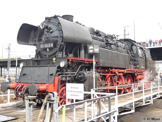 Am 27. März 2010 war 65 1049-9 im Bw Dresden Altstadt zu Gast wo diese beiden Aufnahmen der Lok auf der Drehscheibe entstanden