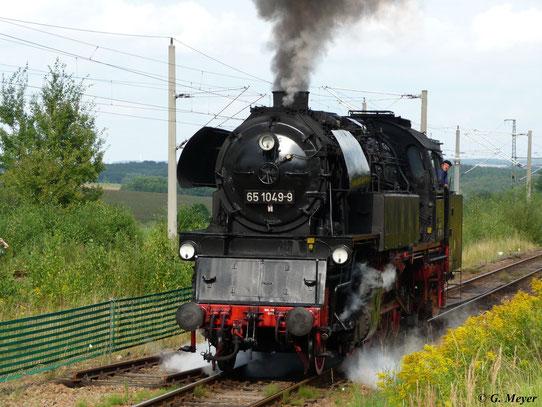 Heute leider nicht mehr betriebsfähig ist die Neubaulok 65 1049-9, die hier bei der Lokparade des 19. Heizhausfestes im SEM Chemnitz zu sehen ist (22. August 2009)